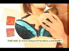 Koisaya asiatische Modell ist gefesselt und erhält ihrer Pussy geneckt