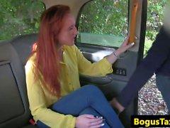 Redhead-Taxi brit gefingert und pussylicked