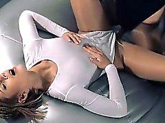 Süße Mädchen in der Strumpfhose liebend mit Bügel auf