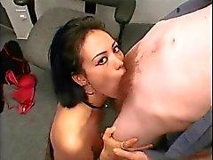 Aziatische meisje deepthroats blanke jongen in een kantoor