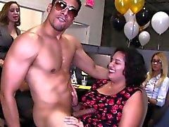 La mia ragazza succhiare il cazzo alla festa di office opera