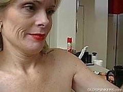 La señora mayor atractiva estupenda es tan caliente ella tiene que masturbarse