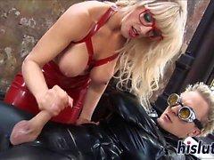 Latex-gekleidete blonde Bimbo reitet einen steifen Schacht