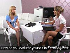 Девушкой агент вылизывает блондинка в свитера