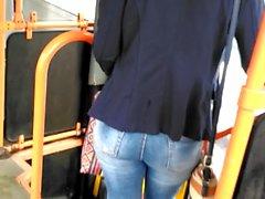 Otobüsün içinde güzel sarışın kot popo