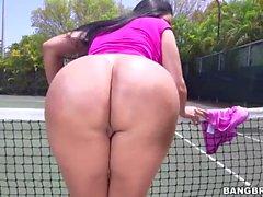 Огромный жопа Kiara Мия получает стучал в теннисный корт