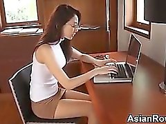 Reizvolles asiatischen Mädchens Necken seine Unterhosen