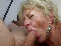 A avó eo menino apreciar o sexo duro