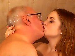 Old man ottiene il massaggio rubinetto da una ragazza piccina