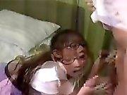 Linda colegiala se sienta en la cama mientras ella le da un blowj
