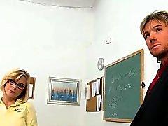 Lärarens axlarna studerande