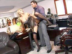 Blonde veut plaire à son patron