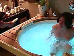 Bebiendo champagne y follando en un jacuzzi