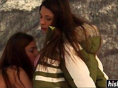 A las hermosas chicas les gusta masturbarse al aire libre