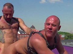 Порно Gay - Кончить в