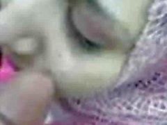 Arabisch meisje in hijab pijpbeurt