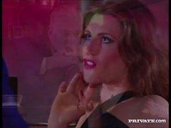 Испанско Сильвия Enjoys два петуха в ее киска
