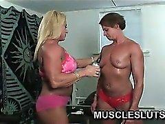 Bebé muscular se desnuda de ejercicios en del gimnasio
