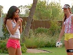 Dos jóvenes lesbianas que Juega Con Una Bola a El jardín de