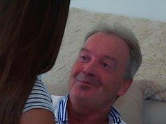 Vovô fode adolescente 18 anos de idade bichano apertado no quarto