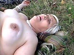 Granny Dicke Frauen Lesbians esse einander auf einem Picknick