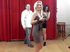 Супер горячая Цыганская девушка всасывая большой член от фотоохоты