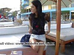 Сери _ Amateur брюнетка играет с ее киска в общественных местах