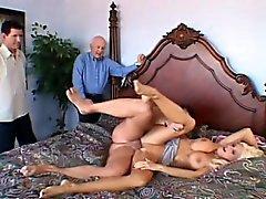 Entzückende blonde Frau mit erstaunlichen großen Titten genießt heiße Cuckold-Action
