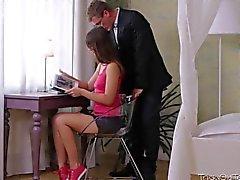 A Marisa mostra a sua professora ela é boa aproveitador