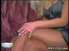 Raucher Blonde Schönheit tragender Pantyhose