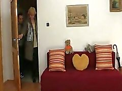 Avó loura salta na torneira nova