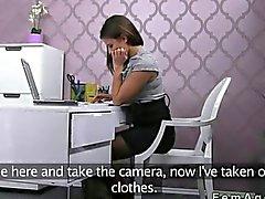 Agente de sexo femenino con el una cámara follarte a la individuo