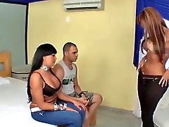 Chicas latina Tgirls y uno threesome guy