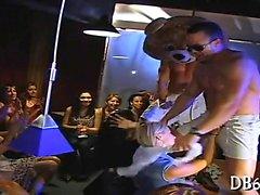 Beleza recebe seu bichano lambido antes que bebê é fodida.