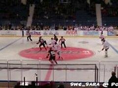 Baise publique - Au match de hockey