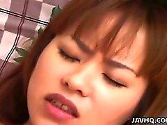 Adolescente Japanese encantadora com grandes seios fodidas no repouso