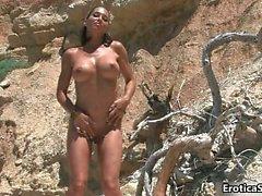 Modelo de pechugón increíble se desnuda y juegos