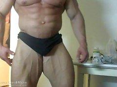 Горячие мышцы Мужчины изгибать и показаны их петух и жопа