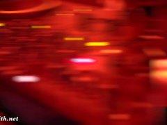 Öffentliche Nacktheit in einem Club. Naked DJ