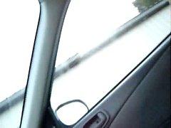Sucer la bite dans la voiture