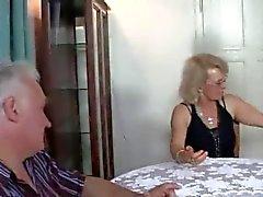 Sexy de étudiante baise avec couple plus âgé