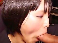 Den magra uniformed jap tgirl blir Cum i munnen
