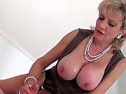 Adulterous uk reife Dame sonia zeigt ihre massiven Titten