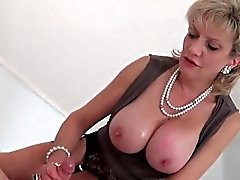 Adulterous uk maturité dame sonia montre ses seins massifs