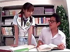 Schulmädchen Sucking Schoolguy Riding auf seinem Schwanz Auf Der Stuhl in der Bibliothek