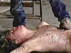 Hombre nazi bondage gay Encadenado al piso del almacén y una