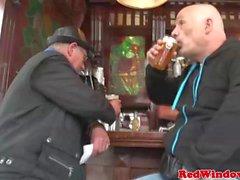 Genç Hollandalı kaltak yaşlı bir adamım aptalca sikikleri