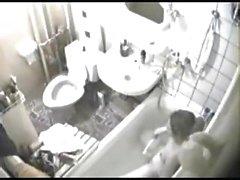A mi la cámara oculta era simplemente en el lugar indicado , tenía línea de vista tanto de la taza del baño y la bañera