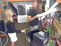 Calda Milf scopare Doggy dal pawnkeeper nella deposito