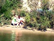 tímida niña y cachondo paseos polla sobre el río